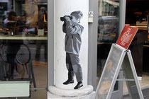 kurznachzehn, eine kölner Künstlerin, die alte schwarz-weiße Familienfotos als Paste Ups an die Wände bringt