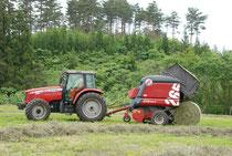 牧草のロール作業