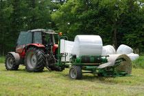 牧草のラップ作業