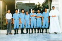 Textilreinigungsmeister: Saudi Arabien, Volker stehend mit Mannschaft