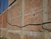 Entlang der Schul-Mauer