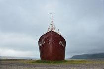 Ältestes Stahlschiff Islands an der Straße 60 beim Dynjandi
