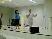 Pastora Sandra de Paraguay traduciendo en iglesia Bautista de Brasil