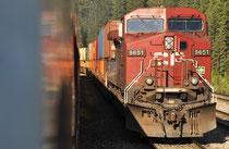 Kreuzung mit Güterzug