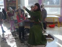 Brunehilde nous explique comment les casques nous protègent.