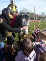 ON a tous eu le droit de caresser le cheval!