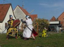 Combat entre Brunehilde à l'épée et Reinhardt au baton!