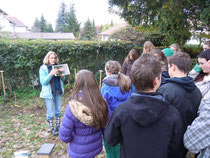 Ann-Sybil Kuckuk erzählt den Schülern etwas über die Haselmaus