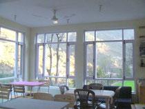食堂の中。日光を取り込むことができ、明るい造りです。