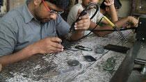 携帯電話の修理屋さん。とても細かい作業です。