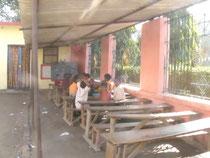 シュリチャンドラマニ小学校。校庭に作られた教室です。
