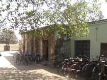 サンラグヌ小学校。ここもとても暗い学校でした。