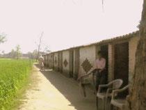シュリマティパラムディ小学校です。縦に長い建物で、壁のないところにも机が並べられており、教室数がカウントできませんでした。