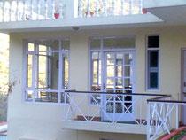宿の食堂。壁の3面に大きな窓が張られていて、とても明るいです。インドでは珍しいです。
