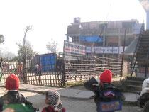 クシナガラパブリック小学校。この周辺で最も人気のある小学校ですが、建物はまるで廃屋のように見えます。