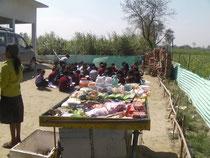 タタガット小学校は畑の真ん中にありますが、子供向けの駄菓子が売られています。