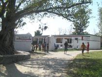 クシナガラにある州立の学校です。基幹校で小学校と中学校が併設されています。