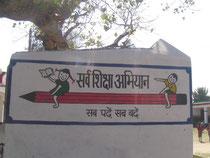 州立の学校には「全ての子供に教育を」という政府の教育政策のポリシーをロゴにしたこの鉛筆の絵が必ず描かれています。