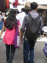 コルカタの街を歩くカップル