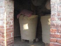 穀物の貯蔵庫。竹で編んだかごに泥や牛糞を塗って作っていると聞きました。