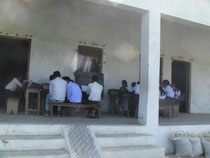 タタガット小学校です。教室が4つしかないので、人数の少ない高学年の児童は、いつも廊下に机を並べて授業を受けていました。