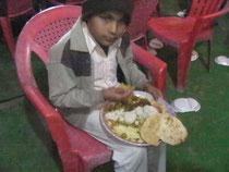 小さな子供もお皿に目いっぱい盛ってもらって、夢中になって食べてました。