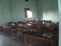 マルティバンディ小学校の教室。小さな窓が二つ。これでも明るい方だと思います。