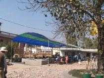 中国寺にあるリンソンスクール。教室が少ないのでこうして寄贈されたテントの下で勉強しています。