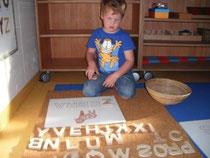 Lorenz sucht Buchstaben nach Vorlage - unterstützt durch ein Bild.