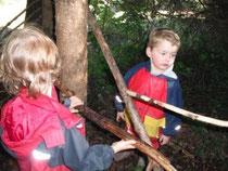 Luca und Felix beim Konstruieren im Wald.