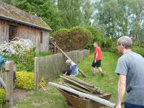 Beim alljährlichen Frühjahrsputz in der Ökolaube wurde in diesem Jahr der Zaun erneuert.