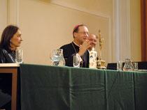 Der Weihbischof stellt sich den Schüleranfragen