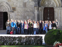 Vor der romanischen Fassade der Stiftskirche