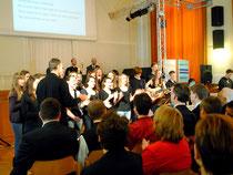 Begrüßung durch den Schulchor unter der Leitung von Mag. Martin Fasan