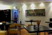 Blick in die Ausstellung Gedankendoppel - Kopfsteinpflaster und Wurstkuchlauto von Jutta Kohlbeck und Wurstkuchl von Tanja Kubani