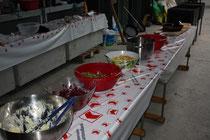 feine Salate und Grilladen bereit zum Fassen