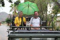 auf der Grosswildjagt mit regenscheuem Schutzhund