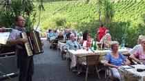 Fünfzig Gäste auf der Terasse
