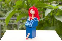 Flaschenverschlußfigur: Rote Haare und Blaues Kleid
