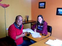 Lehrer Juan mit einer Studentin.