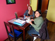 Lehrerin Tania mit einer Studentin.