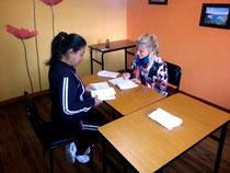 Lehrerin Miriam mit einer Studentin.