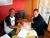 Lehrer Juan mit einem Studenten.