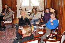 Irene Armbruster von Kultur für alle Stuttgart (2. von links), sowie u.a. Vertreter von Trott-war, vorne Monika Schmied, beim 10. Kamingespräch im Staatsministerium, Foto: Manuel Werner, alle Rechte vorbehalten!