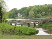 Brücke und Tempel im Stourhead Garden