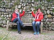 Eingang Clovelly mit zwei Landfrauen
