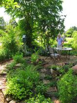 Liebevoll gestalteter, kindgerechter Garten mit selbst geschweißter und getöpferter Gartendekoration