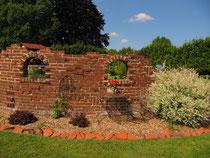 Garten der Familie Wesseloh- Ruinenmauer
