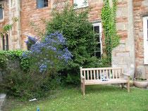 Vorgarten einer alten Reihenhaussiedlung in Wells
