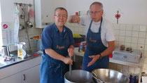Hans und Klaus machen die Soße